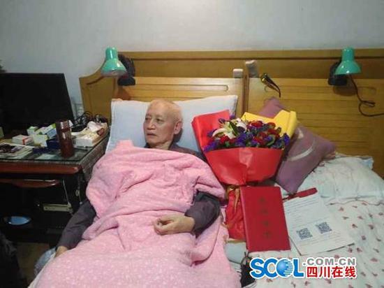 去年,陶铁汉老人躺在家中,这是他抗癌的第8年。田明艳供图