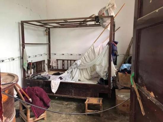 郑金安家的预制板房,在这次地震后成为危房,禁止使用。新京报记者解蕾 摄