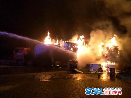 广元一载30吨食品纸挂车起火 20万元烧没了