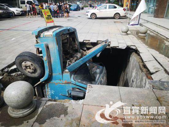 路面突然塌陷载重货车陷进大坑 相关单位将及时处理