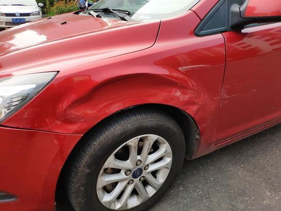 涉事车辆上的撞车痕迹