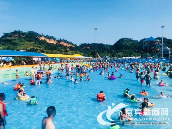 高温天持续,水上乐园人满为患。(宜宾新闻网 潘一豪 摄)