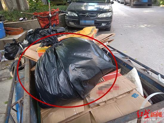 ↑散发恶臭的油纸被装进黑色塑料口袋