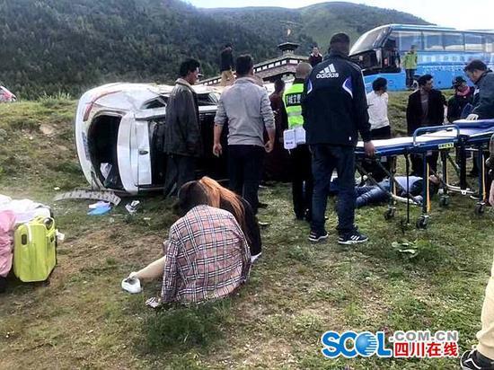 车祸现场位于稻城县桑堆镇所冲一村,民警和医务人员已到达现场。周梦颖摄。