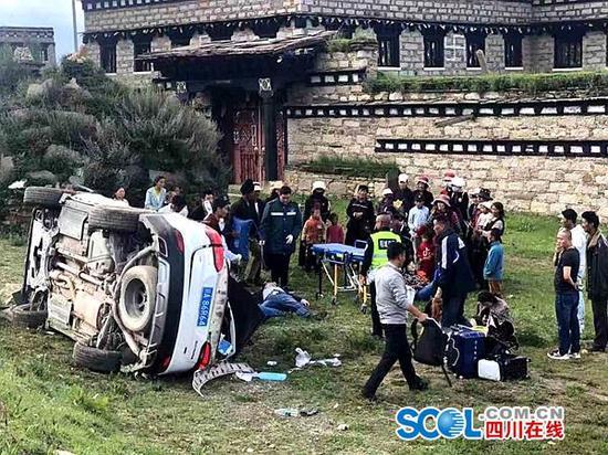 交通事故现场,附近村民都来帮忙。周梦颖摄。
