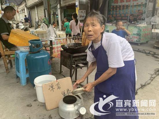 """73岁老人靠拾荒摆起""""免费凉茶摊"""" 清凉路人5个夏天"""