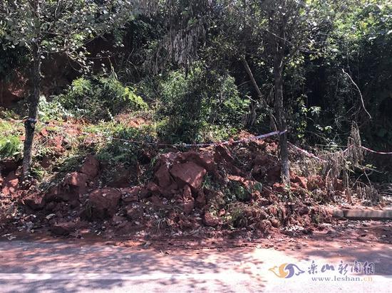 山体垮塌十天未清理 市民反映出行困难