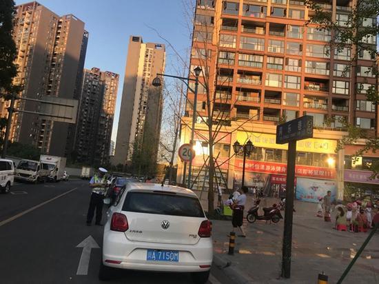 小区外车辆乱停放出门靠技术 记者调查+官方回复