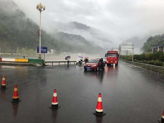 雅安境内多条道路交通管制 G351线宝兴境内多段道路中断