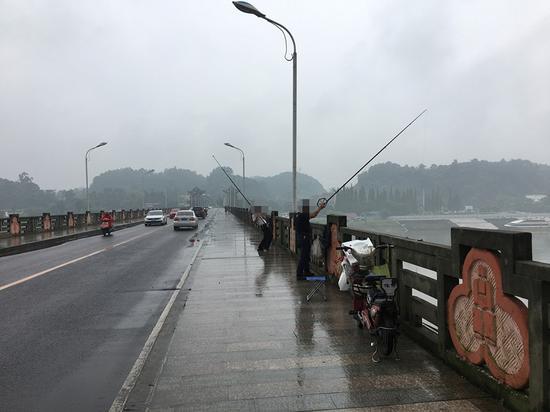大家来侃侃在桥上钓鱼 您觉得这合适吗