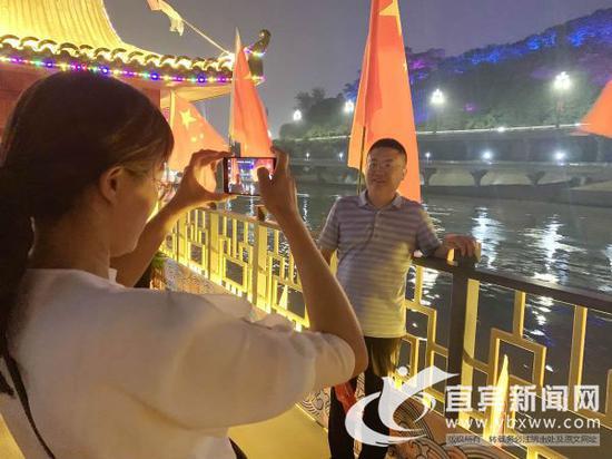 """宜宾三江游船成热门""""打卡地"""" 吸引上千游客体验"""