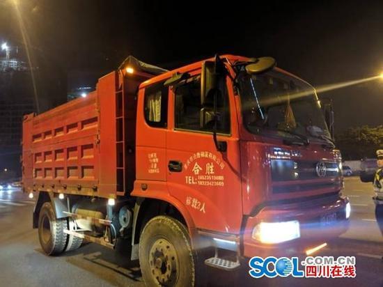 路面处罚+源头管理 成都交警在全市开展整治货车超限超载行动