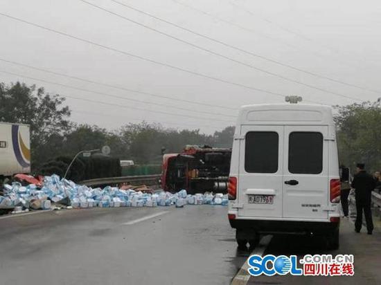 惊险!两车相撞柴油泄漏 邑州监狱民警路过伸援手