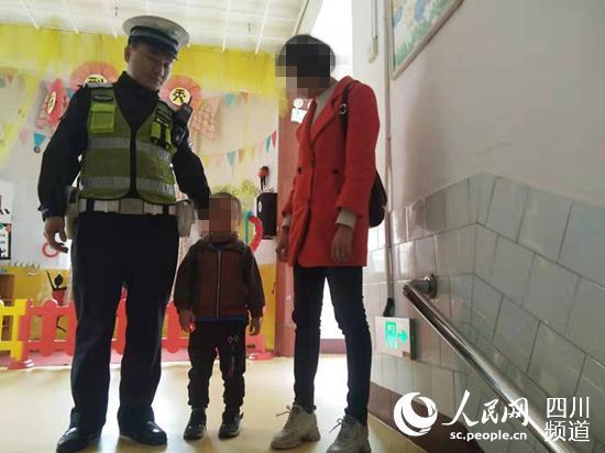 谢龙带着走丢孩子找到母亲。(图片由警方提供)