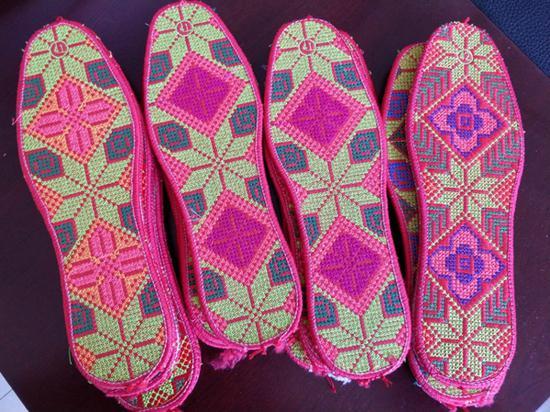 """暖心!八旬军属奶奶两年做百余双鞋垫送""""最可爱的人"""""""