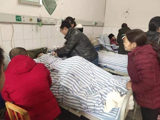 广元苍溪县一独居贫困户晕倒家中 扶贫干部撬门救人