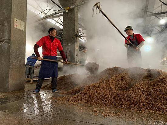 王天荣(图左)转产上岸之后成了一名酿酒工。 本文图片均为澎湃新闻记者 胥辉 图