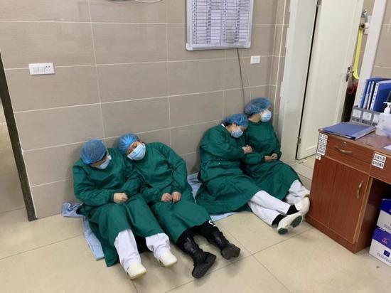 """24小时的不间断工作,让这群斗士""""累趴下了""""。 (照片来源宜宾市第五人民医院感染科主任邓刚)"""