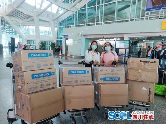 大学教师跨国购买2万口罩 众人接力捐赠一线医护人员