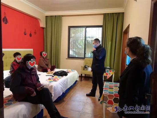 肖坝社区党委书记唐大文和工作人员到酒店看望陈刚一家(社区供图)