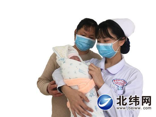 新年宝宝出生后,医护人员给宝宝检查
