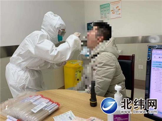 市医院二院区发热门诊,医生正在接诊患者