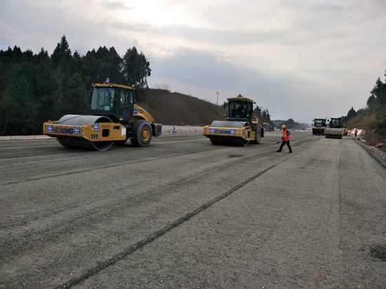 天府国际机场高速公路路面施工中。成都市交通运输局供图