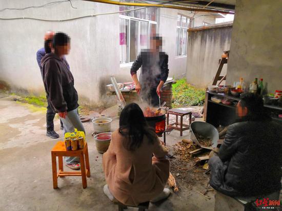 家人看着刘洪军做饭 一家人每天都要做一大锅菜