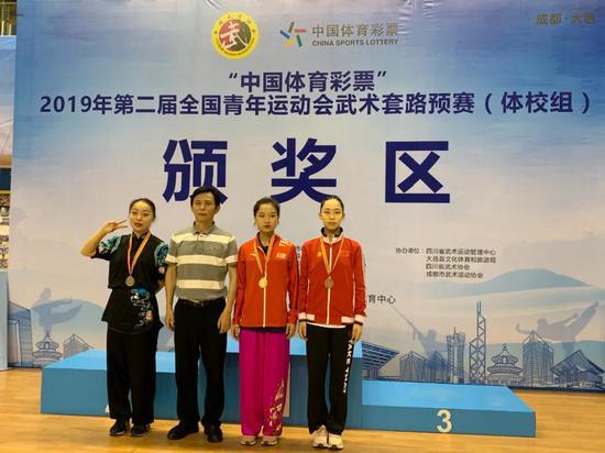 刘志钢(左二)