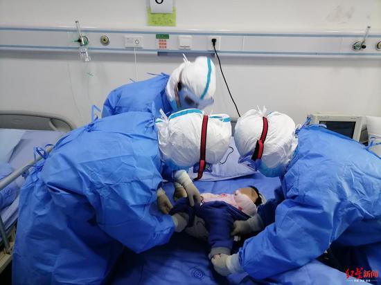 ↑医护人员悉心照顾堂堂。
