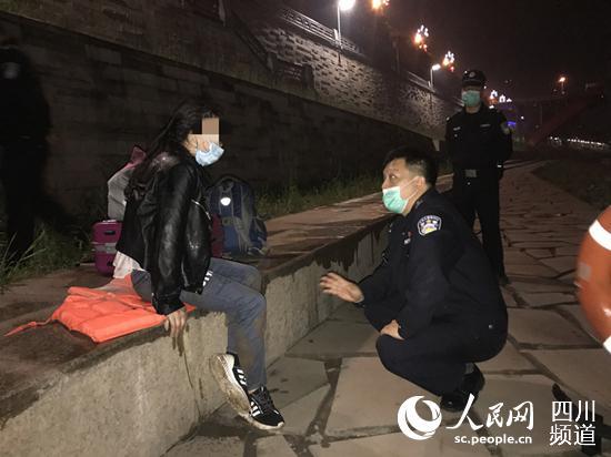 女子江边轻生 被警方救起后向民警鞠躬致谢