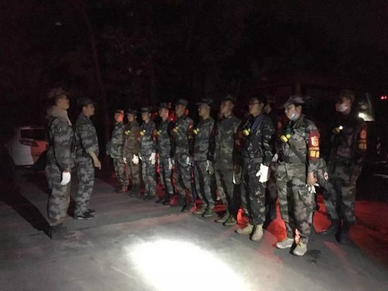 西昌森林火灾|西昌山火蔓延 今晨千人集结发起攻坚战