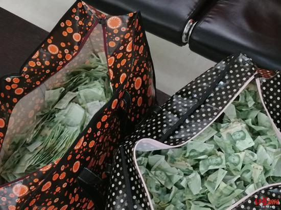 劳动仲裁获赔5262元 女子拿到钱一看:一元纸币装了两编织袋