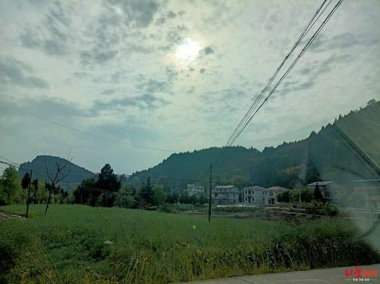 ↑李某所在村子远景(王超 摄)