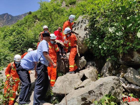 游客彭州九峰山失足坠崖头部着地 多亏各方力量及时救援