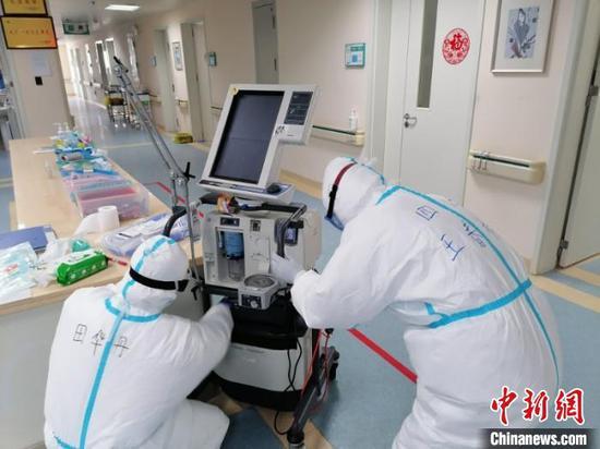图为田华丹和同事组装呼吸机管道。图片由受访者提供。