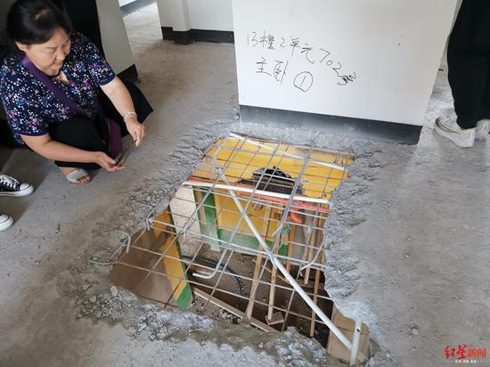 近200万买的新房地面惊现3个大洞 开发商:系打穿楼板维修造成