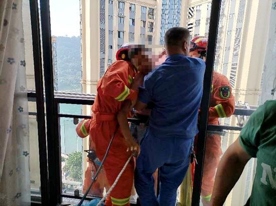 宜宾一男子欲轻生 挂在22楼外被物管拼命拽住