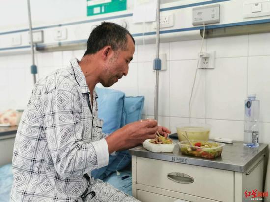 ↑曾统华转入普通病房,进食没有任何问题