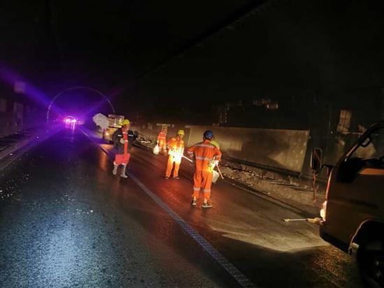 都汶高速隧道因事故受损 注意临时交通管制,提前绕行