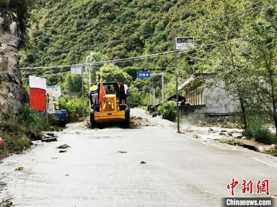 四川金川县发生洪水泥石流 当地紧急转移群众1336人