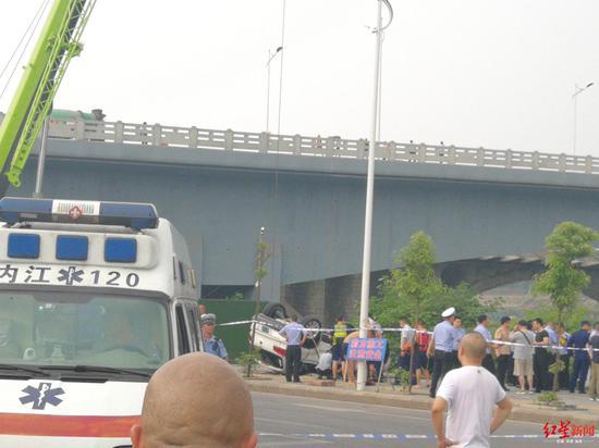 内江一辆轿车坠入沱江车内1男子被打捞上岸 已遇难