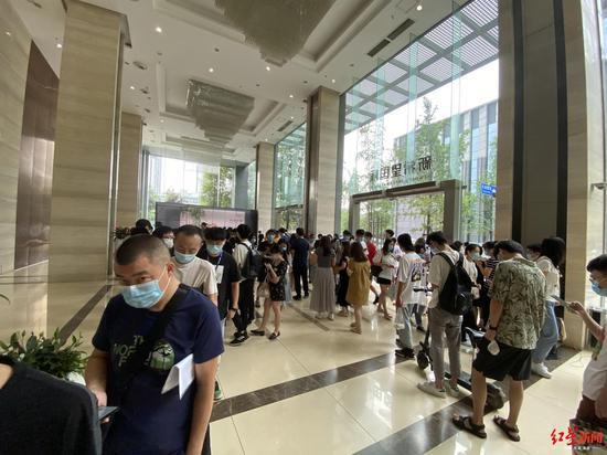 这群成都白领上班的烦恼:距离你乘坐电梯还需等待20分钟