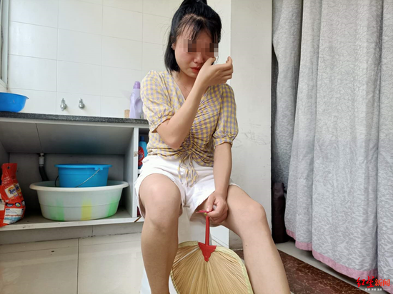 ↑说到患病的母亲,小姜忍不住流泪。