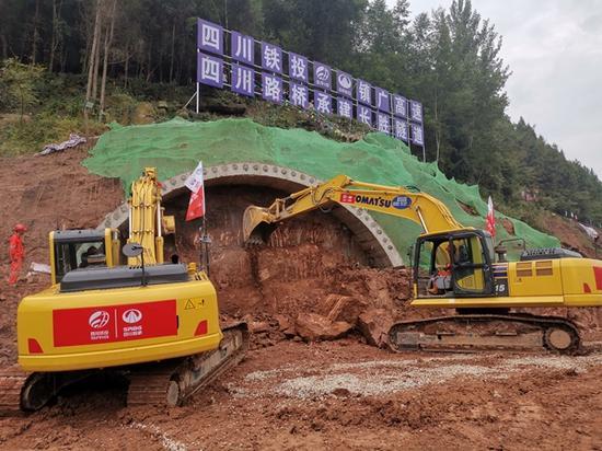 镇广高速王坪至通江段全面开建 首个隧道进洞施工