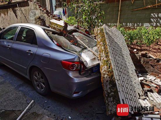 躺着中枪!大竹一安置房小区围墙垮塌砸坏2台轿车