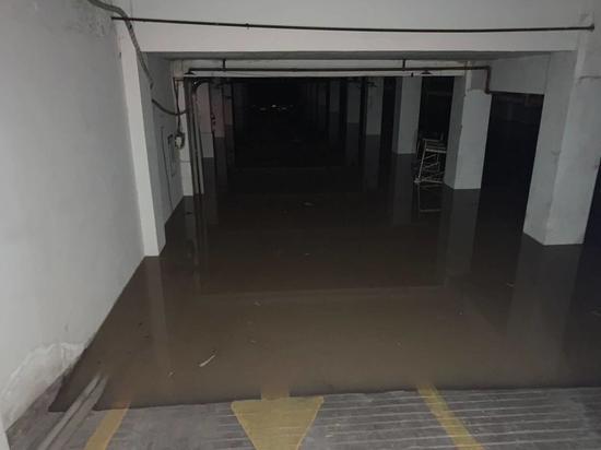 江阳区金地小区停车场已经全部被淹没。魏冯摄