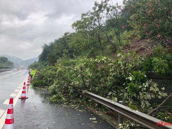 京昆高速广绵段发生山体滑坡 预计封闭清排5小时