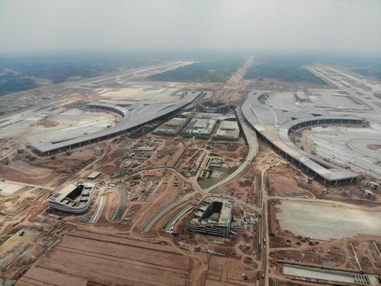 ▲随着2021年天府国际机场的开通运营,成都将迎来双机场。图为2020年6月,无人机航拍的成都天府国际机场建设现场 图据ICphoto