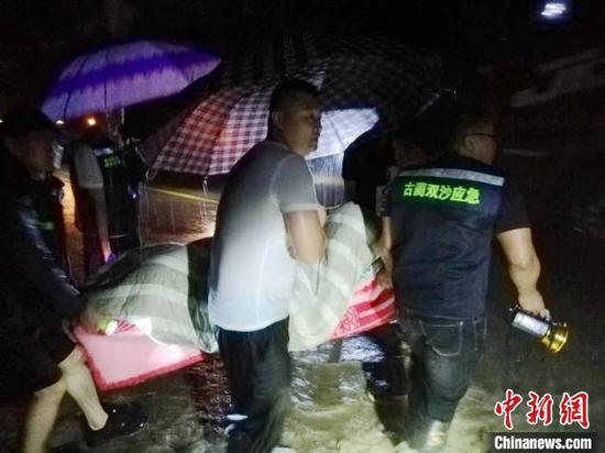 古蔺县应急人员与村民在雨中转移群众。 泸州应急提供